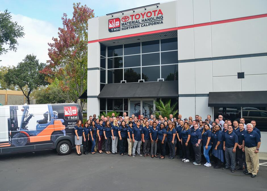 Toyota_Forklifts_in_Hayward_California
